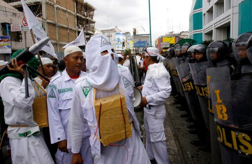 (AP Photo/Binsar Bakkara, File). FILE - In this Nov. 23, 2012, file photo, a Muslim protester of Islam Defenders Front (FPI) wears a mock-suicide bomb during a demonstration against Israel's recent offensive against Palestinians in Gaza, outside the bu...