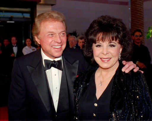 "(AP Photo/Lennox McLendon, File). FILE - In this May 30,1998 file photo, singer Steve Lawrence and his Eydie Gorme arrive at the black-tie gala called ""Thanks Frank"" honoring Frank Sinatra in Las Vegas. Lawrence has been diagnosed with the early stages..."