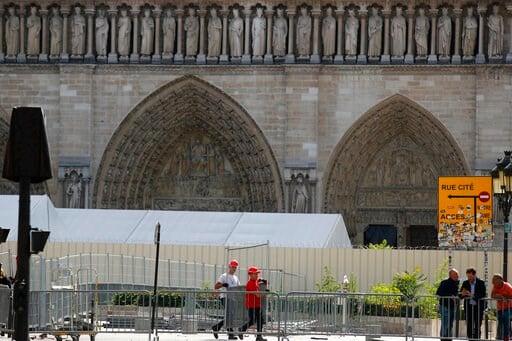 (AP Foto/Francois Mori). Trabajadores instalan cercos altos alrededor de la Catedral de Notre Dame en París, el martes 13 de agosto del 2019.
