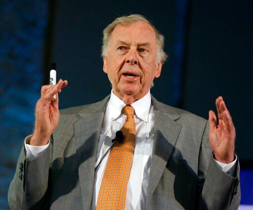 (AP Photo/Charlie Riedel, File). FILE - In this July 30, 2008, file photo, oil and gas developer T. Boone Pickens addresses a town hall meeting on energy independence in Topeka, Kan. Pickens, who amassed a fortune as an oil tycoon and corporate raider ...