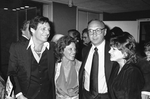 "(AP Photo/Ray Stubblebine, File). FILE - This April 3, 1980 file photo shows Ron Leibman, from left, his wife Linda Lavin, playwright Neil Simon and Dinah Manoff in New York following the opening of the play ""I Ought to be in Pictures."" Leibman, who ap..."